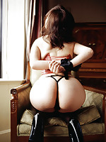 Sexy gravure idol shows off a prefectly round bottom in lingerie