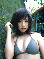 Sultry gravure idol babe looks incredibly beautiful in her bikini