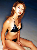 Beautiful short haired gravure idol is stunning in her bikini