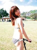 Captivating gravure idol shows off in her bikini at the beach