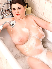 Fatty in bath plays with her pink slit