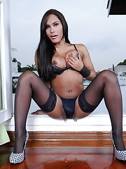 Hot black TS Beatriz shows her huge cock