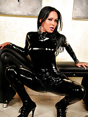 Sexy tranny babe shows off in latex