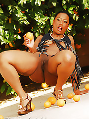 Cherokee is using oranges to play with her pussy