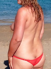 Blonde wild BBW posing naked at the beach